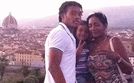 Juan al piazzale Michelangelo con la madre Marcela e la sorella Maria